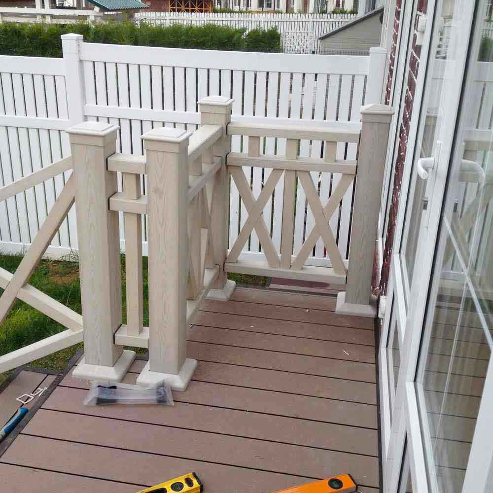 Терраса к дому с белыми ограждениями из ДПК